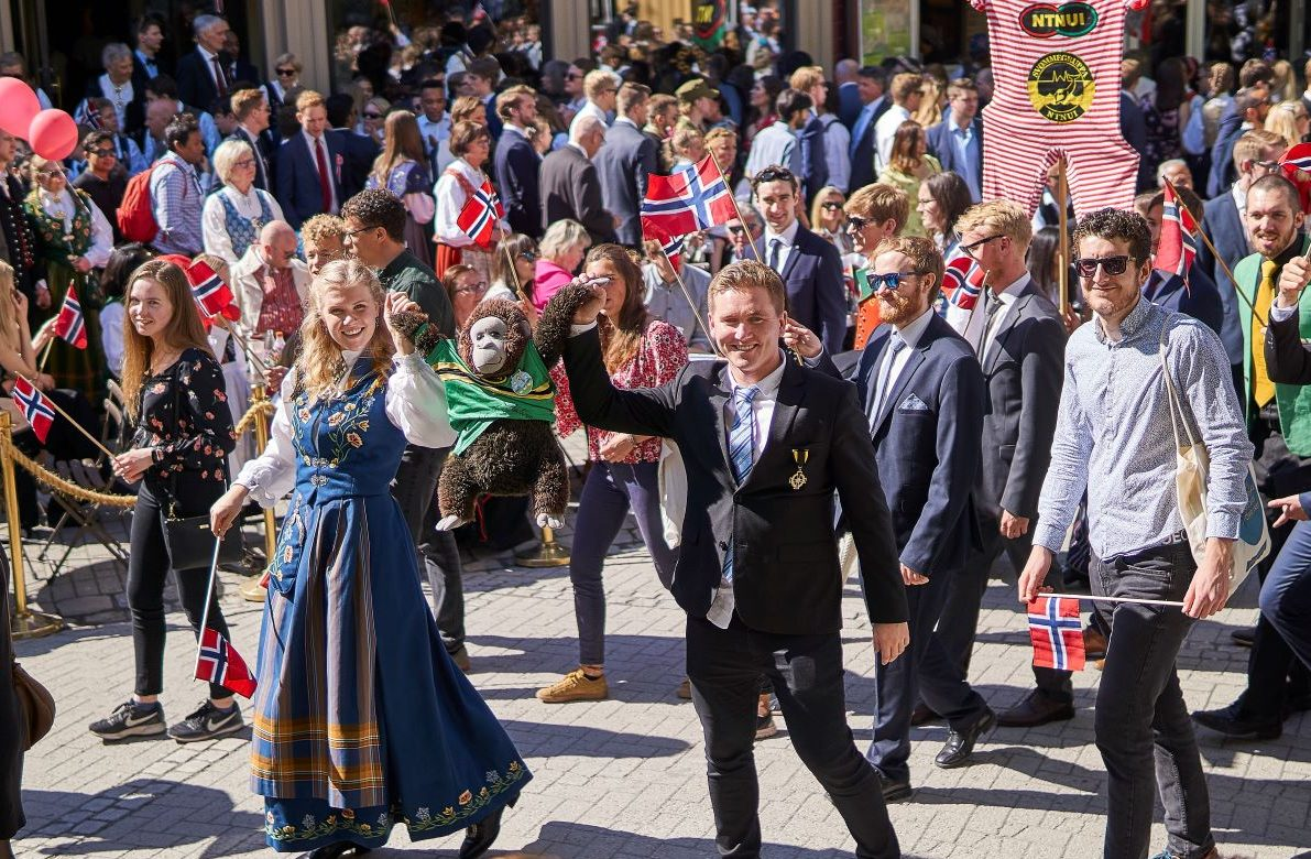 Lisen, Hjalmar og Svenn-Helge i 17. mai-tog