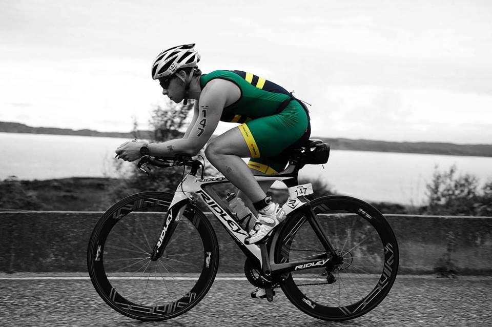 Det er tydelig at NTNUIerene er gode på aerodynamikk. Her med Thomas på sykkeletappen.